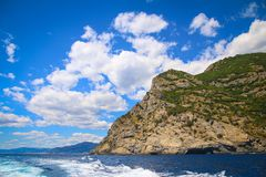 在地中海的岩石利古里亚海岸在菲诺港附近 免版税图库摄影
