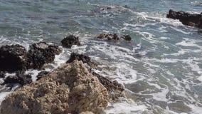 在地中海的岩石海岸的波浪在罗得岛 影视素材