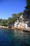 在地中海的岩石海岸线 免版税库存照片