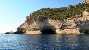 在地中海的岸的岩石 库存图片