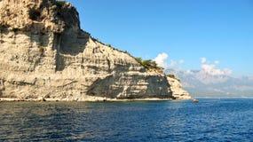 在地中海的岸的岩石 免版税库存照片