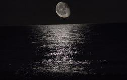 在地中海的月亮 免版税库存图片