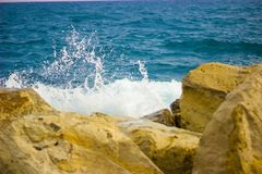 在地中海的水边缘的波浪破碎机 免版税图库摄影
