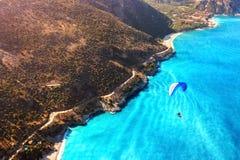 在地中海的沿海的滑翔伞飞行 反对蓝色海的蓝色降伞 火鸡 Oludeniz 空中phot 免版税库存照片