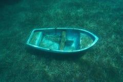 在地中海的海底的一条小凹下去的小船 免版税图库摄影