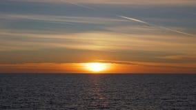 在地中海的温暖的镇静日落,在水的金黄光 股票录像