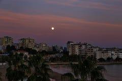在地中海的都市风景日落的 免版税库存照片