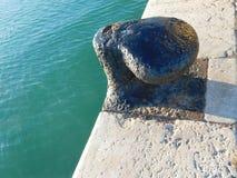 在地中海船坞的系船柱 库存照片