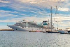 在地中海镇Palamos在西班牙, 15附近的大旅游船 05 2018年西班牙 免版税库存图片