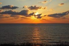 在地中海闪耀的日落之上 图库摄影