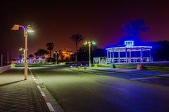 在地中海附近的步行区域在晚上在市纳哈里亚,以色列 库存图片