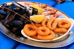 在地中海餐馆服务的海鲜盛肉盘 免版税库存照片