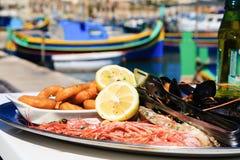 在地中海餐馆服务的海鲜盛肉盘 库存照片
