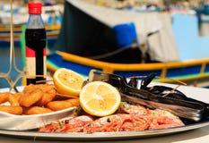 在地中海餐馆服务的海鲜盛肉盘 免版税图库摄影