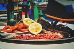 在地中海餐馆服务的鱼盛肉盘 免版税库存照片