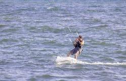 在地中海,法国海滨,法国,普罗旺斯的Kitesurf 库存图片
