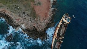 在地中海,看法岸从上面搁浅的被放弃的船  影视素材