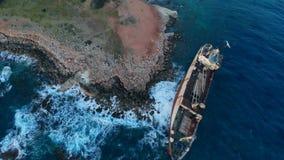 在地中海,看法岸从上面搁浅的被放弃的船  股票录像
