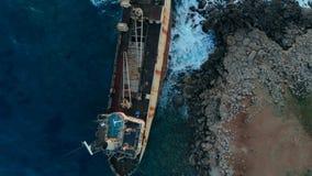在地中海,顶视图岸搁浅的被放弃的小船  股票视频