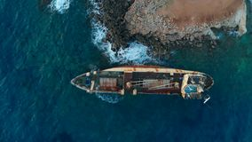 在地中海,顶视图岸搁浅的被放弃的小船  股票录像