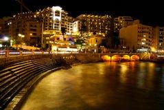 在地中海费用的秋天夜在马耳他 免版税库存照片
