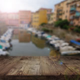 在地中海background_001前面的土气木桌 免版税库存照片