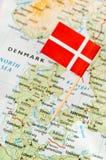 在地图的丹麦旗子 免版税库存照片