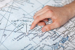 在地图的人的手 免版税库存图片