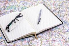 在地图的学报与玻璃和笔 免版税库存照片