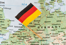 在地图的德国旗子 图库摄影