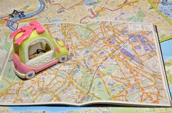 在地图的汽车 免版税库存照片