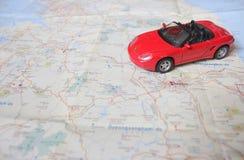 在地图的红色汽车 库存照片