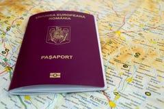 在地图的罗马尼亚护照 免版税图库摄影