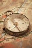 在地图的老指南针 图库摄影