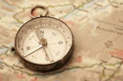 在地图的老指南针 库存照片