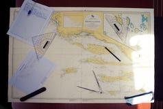 在地图的航海设备 免版税库存照片