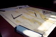 在地图的航海设备 免版税库存图片