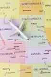 在地图的飞机 图库摄影