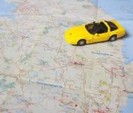 在地图的黄色汽车 库存图片