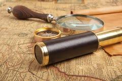 在地图的黄铜望远镜 免版税库存图片