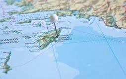 在地图的Pin与罗得岛海岛 库存照片