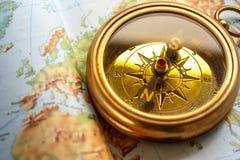在地图背景的指南针 免版税库存图片
