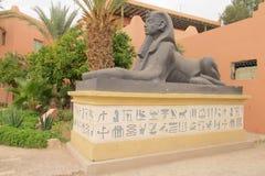 在地图集戏院演播室的狮身人面象雕象在摩洛哥 免版税库存图片