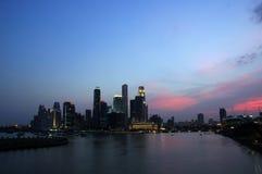在地平线日落的城市 库存照片