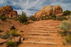 在地平线曲拱足迹的台阶 图库摄影