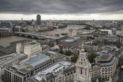 在地平线的伦敦市鸟瞰图与剧烈的天空和landm 免版税库存照片