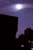 在地平线的城市月亮 免版税库存图片