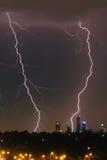 在地平线的城市闪电 库存照片