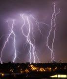 在地平线的城市闪电 免版税库存图片