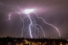 在地平线的城市闪电 库存图片
